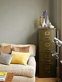 Gemütliche Sofaecke mit Retro Schubladencontainer und verchromter Stehleuchte
