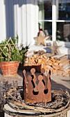 Weidenkranz mit rostiger Krone auf der Terrasse