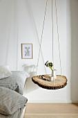Baumscheibe an Seilen aufgehängt als Nachttisch
