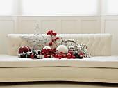 Weihnachtsdeko in Rot und Silber auf weißem, elegantem Sofa
