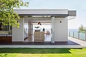 Blick von Rasenfläche in Designerküche