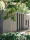 Gartenmauer aus Beton neben Gartenweg