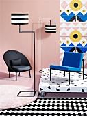 Schwarzer Sessel, Designer Stehleuchten und blauer Stuhl auf Podest vor Tapate in Mustermix
