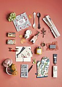Verschiedene Haushalts-Accessoires mit nostalgischem Flair