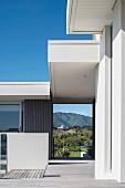 Zeitgenössisches Wohnhaus, Durchgang zum Garten mit Blick auf hügelige Landschaft