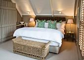 Ländlich-elegantes Schlafzimmer unter dem Dach