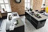 Freistehende Küchentheken mit polierter Betonarbeitsplatte auf schwarzen Unterschränken, Bodenbelag aus Zementfliesen mit Retro Muster