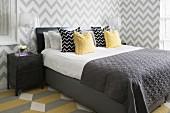 Zeitgenössisches Schlafzimmer mit grafischen Mustern