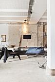 Lounge in Loftwohnung im Industriestil mit Ziegelwand und Betonboden