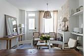 Offener Wohnbereich mit Armlehnsesseln im Landhausstil und rustikaler Ziegelwand