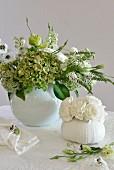 Romantisches Blumenarrangement in Weiss und Grün mit Hortensien und Nelken