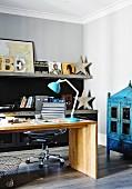 Moderner Holzschreibtisch im Büro mit Vintage-Accessoires
