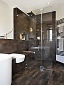 Puristisches, edles Designerbad mit verglastem Duschbereich und Brausepaneel, Fliesen in Brauntönen