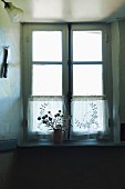 Altes Sprossenfenster im Zwielicht