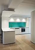 weiße Designerküche mit Küchentheke und blauem Spritzschutz