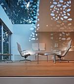 Elegantes Wohnzimmer mit Glasfront in modernem Architektenhaus