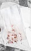 Selbst gefärbter Stoff mit rosafarbenen Hortensienblüten
