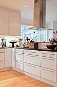 Elegante Einbauküche Übereck mit Dunstabzugshaube und Vintage Utensilien