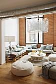 Elegante Lounge in Loftwohnung mit Ziegelwand und Holzpalettenmöbeln