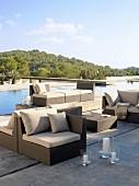 Moderne Loungemöbel auf Betonboden am Pool