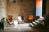 Mediterranes Wohnzimmer mit Natursteinwand und Treppe