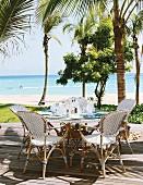 Sitzplatz auf der Terrasse mit Blick aufs Meer