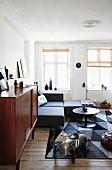 Spielzeugauto im Wohnzimmer in Grau und Braun mit Vintagemöbeln