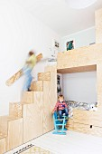 Maßgefertigtes Stockbett mit Treppe und Kindern