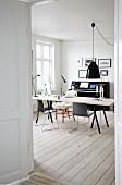 Esszimmer im skandinavischen Stil mit Klavier und Dielenboden