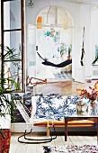 Altbauwohnung mit offenen Flügeltüren und eklektischem Flair