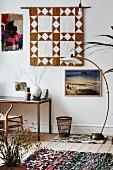Eklektisches Ambiente mit Wanddekorationen, Retro-Stehleuchte und Schreibtisch