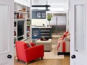 Blick durch offene Doppeltür in Wohnzimmer und Küche