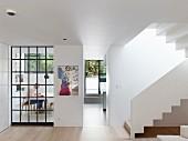 Moderne Wohnung mit offenen Räumen und einer Treppe
