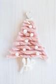 In Weihnachtsbaumform gelegte Wollstreifen