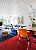 Colourful eclectic living room with white-clad ceiling
