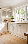 Helle Landhausküche mit klassischen Sprossenfenstern