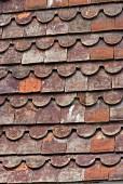 Detail eines gedeckten Daches mit verschieden geformten Ziegeln