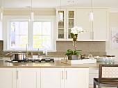 Moderne Landhausküche mit Kochinsel und Sprossenfenster