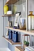 Wandregal mit verschiedenen Vasen
