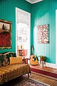 Altmodisches Wohnzimmer mit türkiser Wandverkleidung