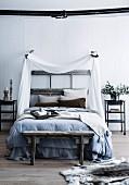 Schlafzimmer in blassen Naturtönen, Bett mit Himmel