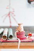 Dekobänder in Rottönen und Geschenkpapier zu Weihnachten