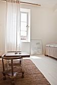 Gästezimmer mit Ethno-Stühlen und Couchtisch auf Flickenteppich