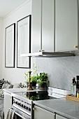 Küchenzeile mit Oberschränken, Marmor-Küchenarbeitsplatte und Spritzschutz