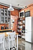 Küche im Industriestil mit Backsteinwand und Bücherregal