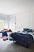 Bett und Sitzbank im Jungenzimmer mit Mustermix