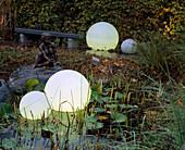 Illuminating balls as garden lighting in the pond