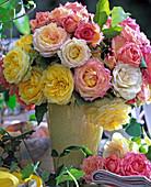 Strauß mit Kordana-Rosen 'Goldy' (gelb), 'champagner' (creme)