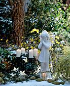 Adventskranz mit Schnee; Gestell mit Efeu bewachsen, Goldsterne, Jasminum