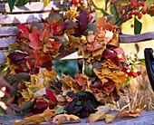 Blätterkranz aus Acer / Ahorn, Euonymus / Pfaffenhütchen, Viburnum / Schneeball
